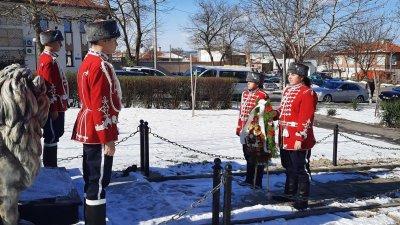 Младежи от 11-ти ученически гвардейски отряд поставиха венеца пред паметника. Снимки Община Средец