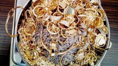 Златните накити са открити при проверка на румънската гражданка. Снимка Пресцентър Митница Бургас