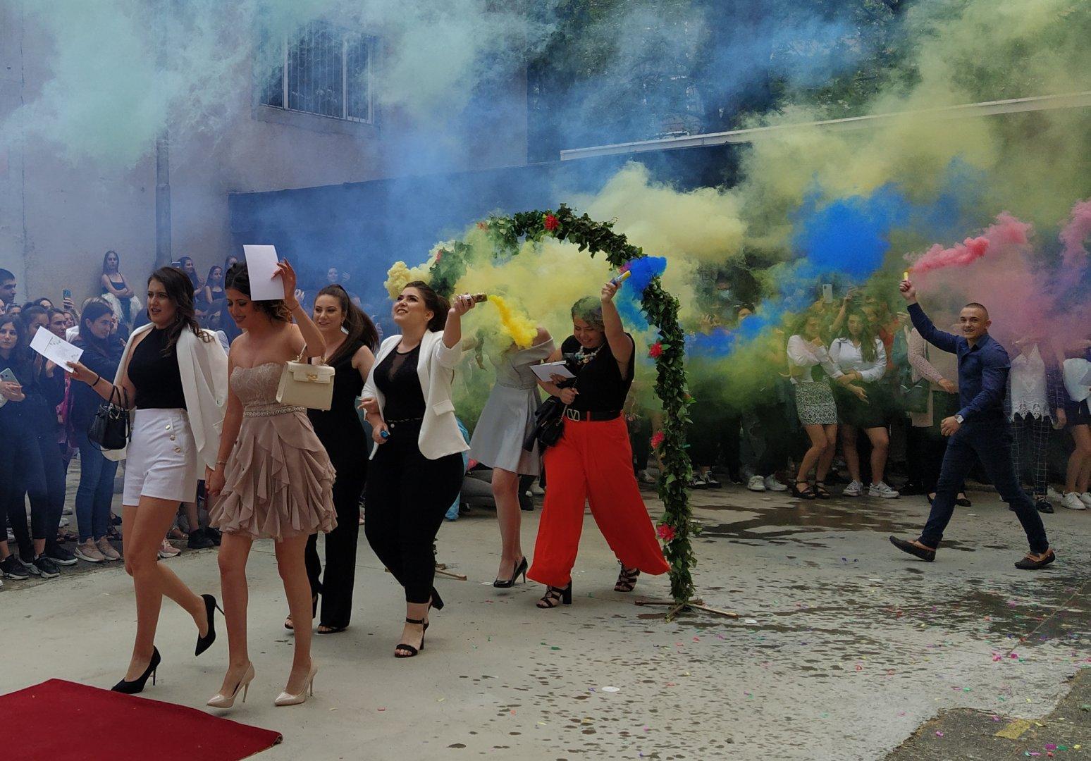 С цветни илюминации абитуриентите си взеха сбогом с училището, което завършват