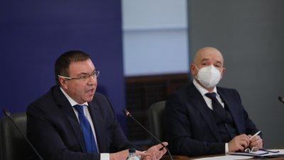 Ще получим по-малко от 200 000 дози от Астра Зенека, уточни здравният министър (вляво). Снимка Нова тв