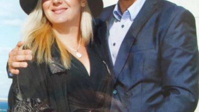 Лора и Мирославна сватба на техни близки. Тази снимка той носи в джоба на якето си, до сърцето. Снимка Личен архив