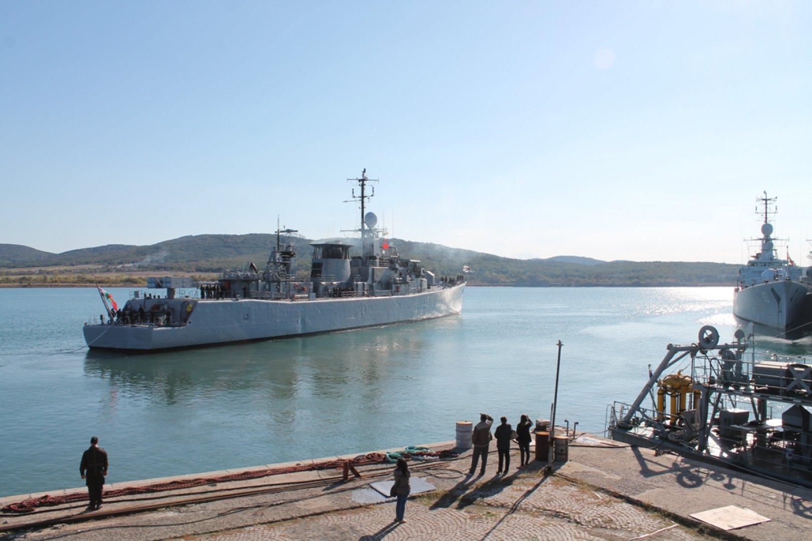 Екипажът на фрегатата бе изпратен от близки и колеги. Снимки ВМС