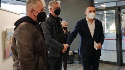 Кметът на Бургас Димитър Николов (вдясно) поздрави режисьора Виктор Божинов (в средата) и актьора Михаил Билалов преди началото на първата прожекцията. Снимки Черноморие-бг