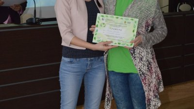 Общинският съветник Калояна Живкова награди отличени участници в първото издание на конференцията през 2017 г.