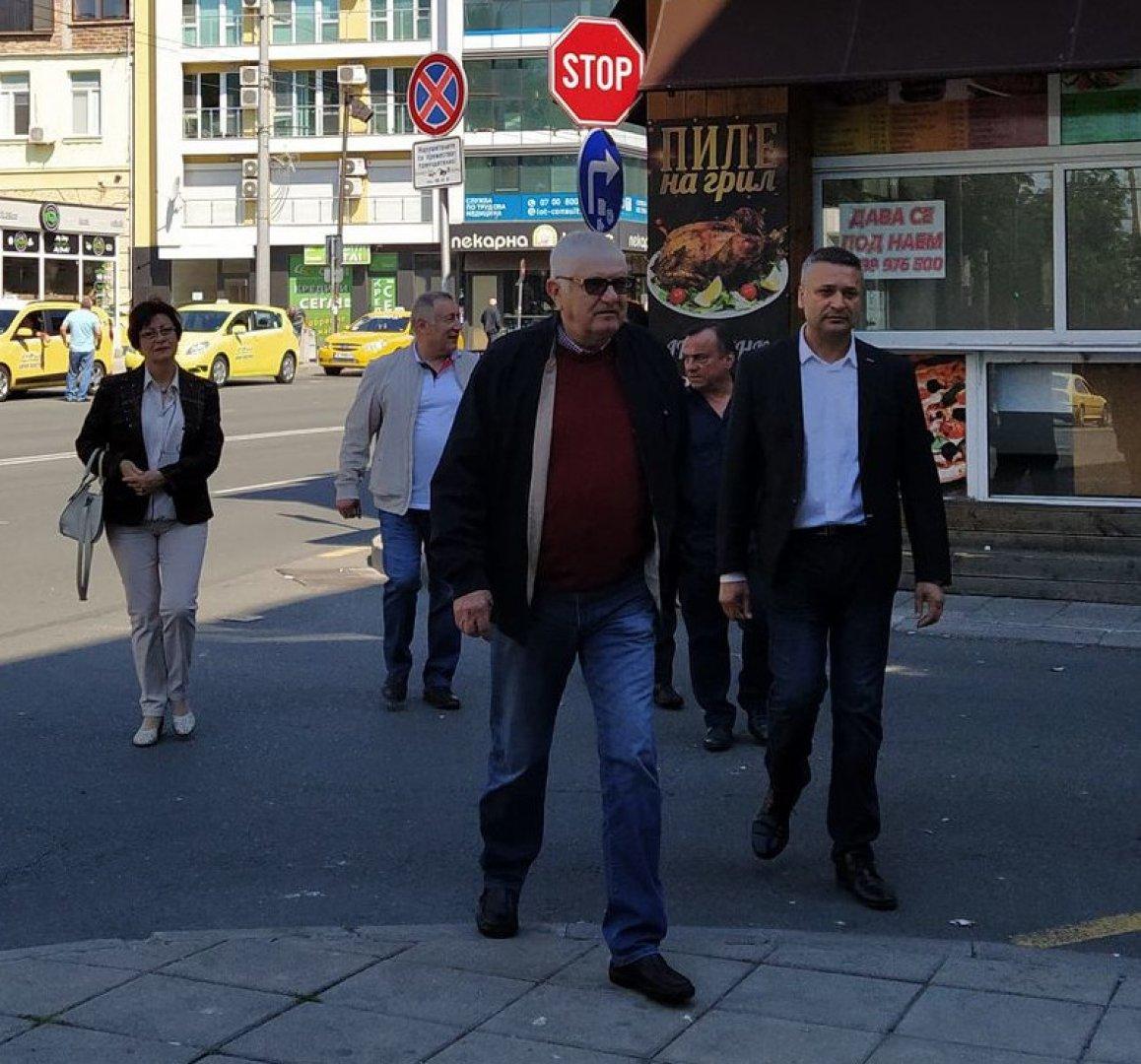 Петър Кънев (на преден план) и някои от кандидатите за депутати входираха листата в РИК - Бургас