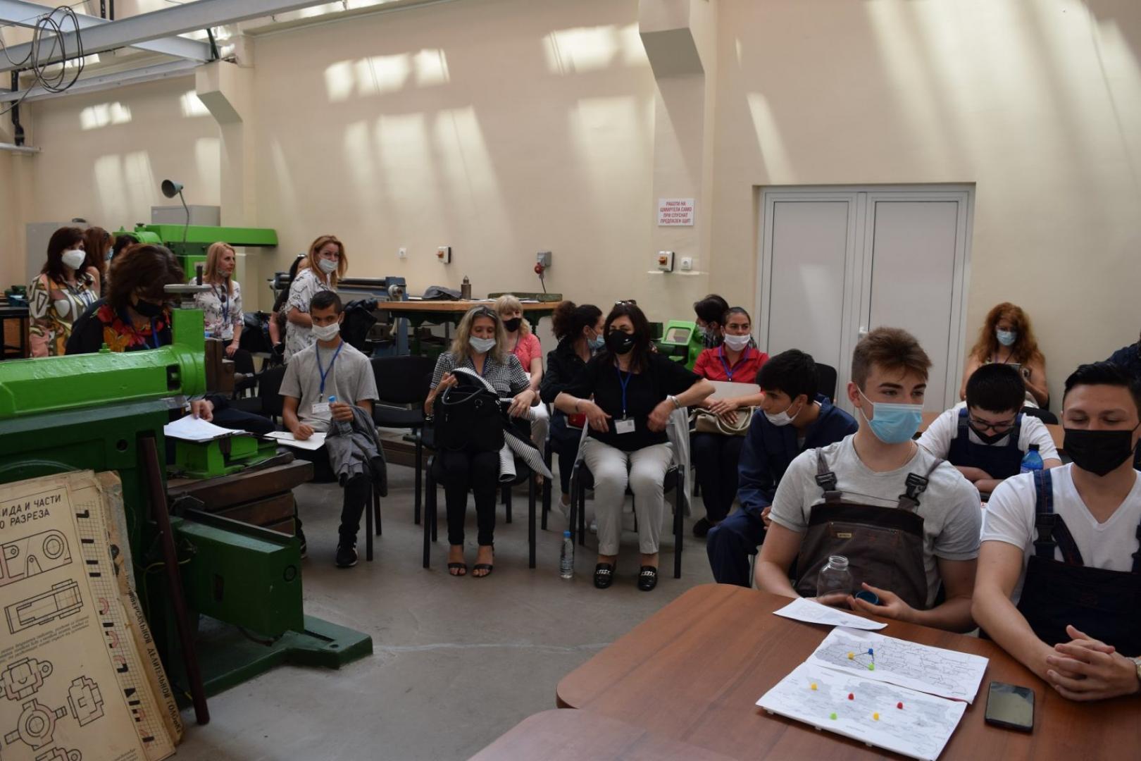 Учениците от Механото участваха в практика по проекта. Снимка Архив ПГМЕЕ