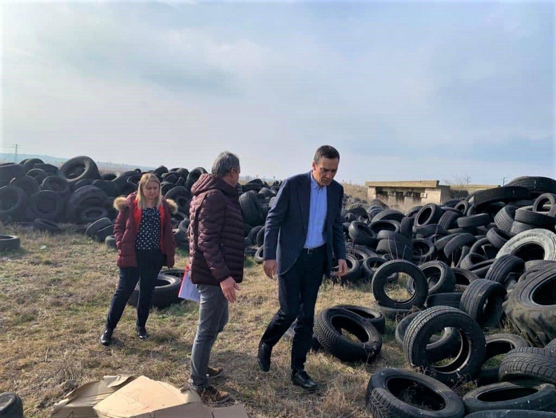 Кметът инспектира мястото, където са изхвърлени автомобилните гуми. Снимки Община Бургас