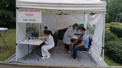 Ваксини се слагата на три места в Морската градина на Бургас. Снимка Областна управа