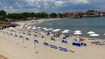 Плажната ивица е готово да посреща туристи и през този летен сезон