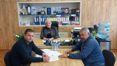 Договорът за сътрудничество бе подписан в кабинета на директора на гимназията Христина Жабова