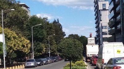 Съветникът от БСП Живко Господинов прилага и снимки от улици с такъв проблем