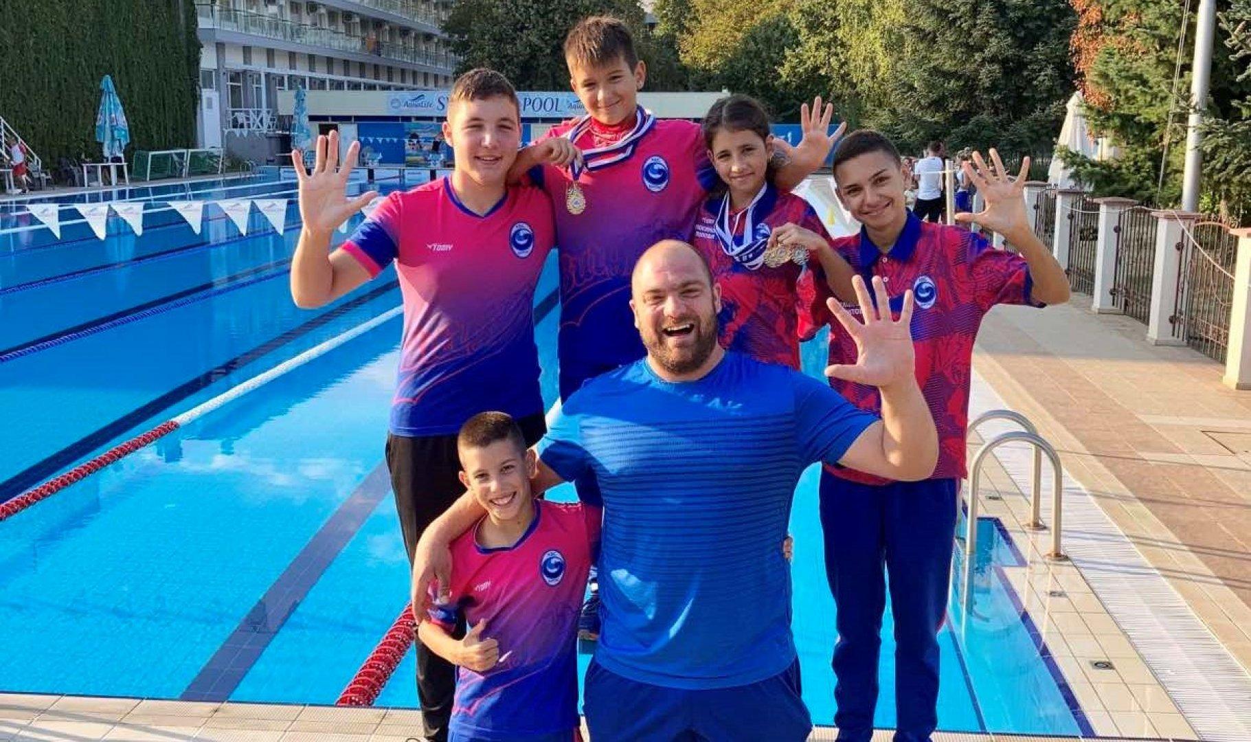 Треньорът Иван Попов позира с петимата състезатели след успешното им представяне. Снимка КВС Бургас