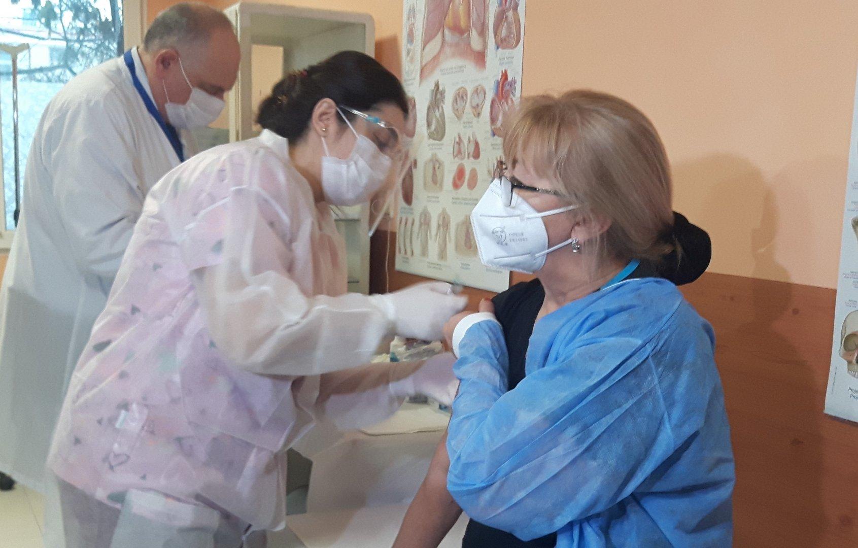 Ваксинацията в кабинета се извършва всеки ден от седмицата. Снимка УМБАЛ - Бургас