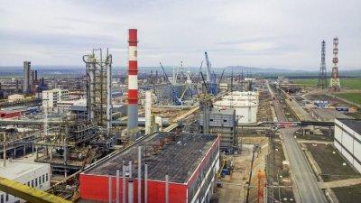 От натрупаните към момента на приватизация нефтени утайки и други отпадъци с общ обем приблизително 450000 куб.м.