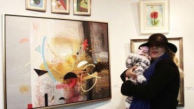 Лора Янева дойде на откриването със съпруга си и дъщеричката им София. Снимки Николай Недев