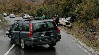 Волвото е влязло в насрещната лента и блъска челно два автомобила. Снимки ОД на МВР - Бургас