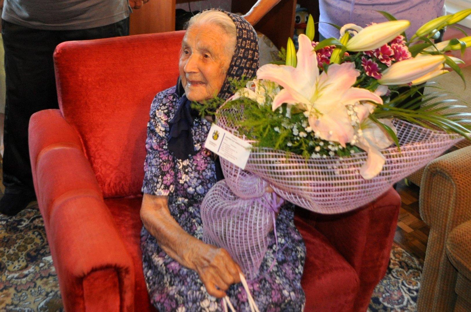 Столетницата получи цветя и поздравителен адрес от кмета на Община Бургас Димитър Николов