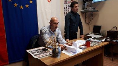 Депутатът Николай Тишев (вляво) и общинският лидер на БСП в Бургас Живко Господинов се срещнаха с членове и симпатизанти. Снимки Пресцентър БСП