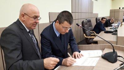 Радослав Петков (вдясно) се подписа в протокола, след като положи клетва