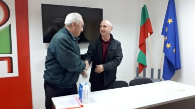 Таньо Атанасов (вдясно) бе избран единодушно. Снимки БСП - Бургас