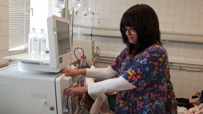 Д-р Петя Купенова, началник Отделение по хемодиализа показва новата апаратура. Снимка УМБАЛ - Бургас