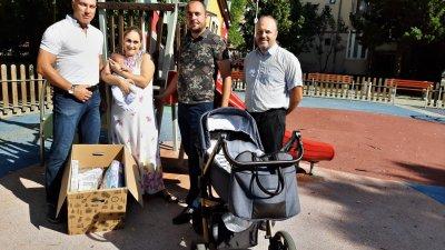Николай Тишев (вляво) и Христо Панайотов (вдясно) се срещнаха с родителите на Раян Динко и Деница Караиванови. Снимка БСП - Бургас