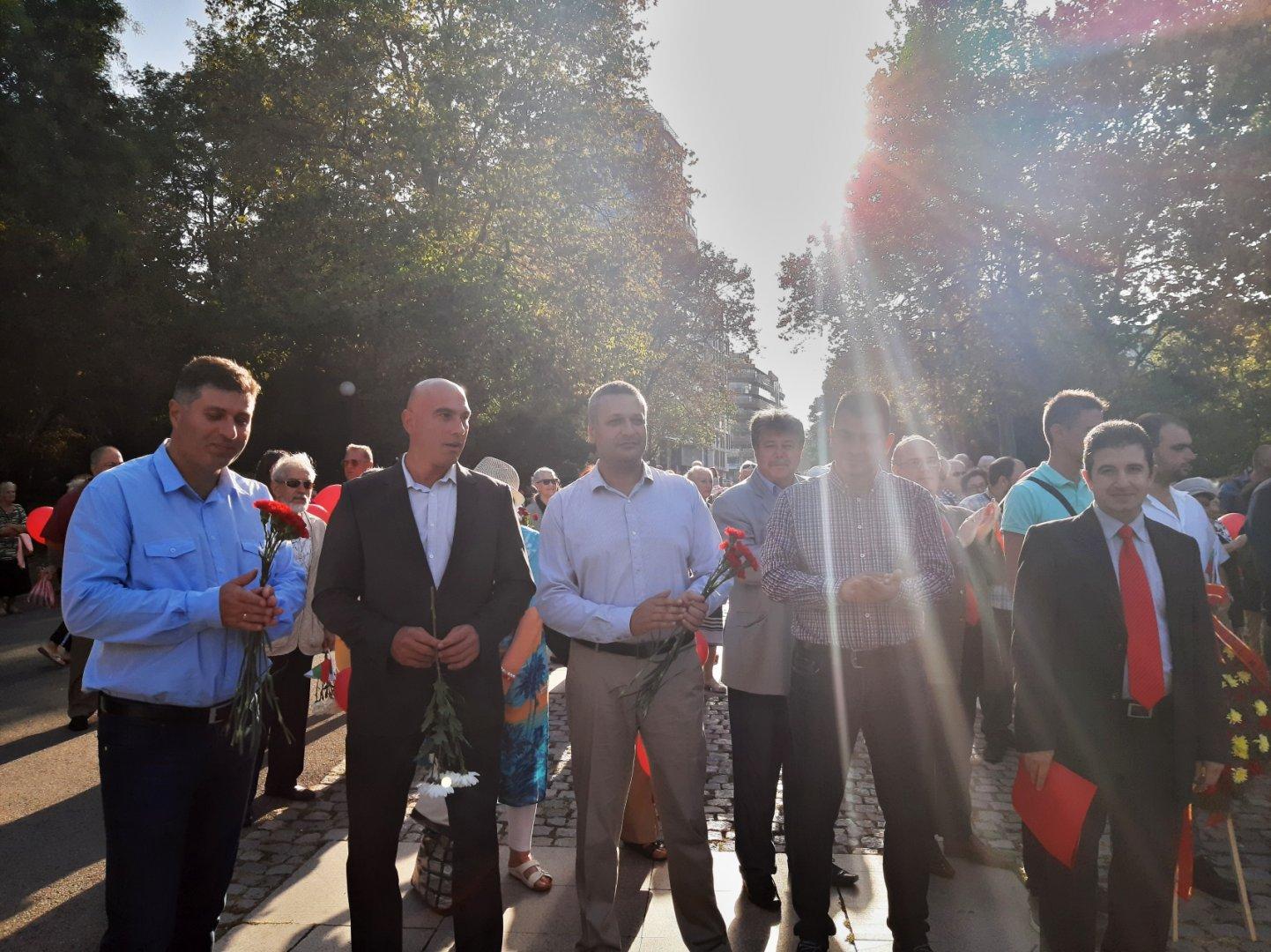 Членове и сипматизанти на БСП се събраха пред Пантеона да отбележат годишнината. Снимки БСП - Бургас