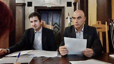 Документите бяха входирани от Живко Господинов (вляво) и Николай Тишев. Снимка БСП - Бургас