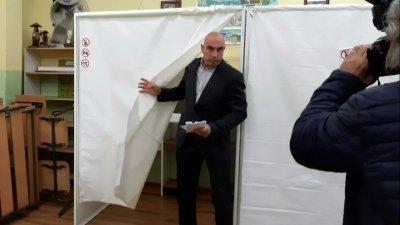 Николай Тишев гласува рано сутринта днес в комплекс П.Р. Славейков