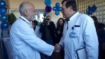 Д-р Бойко Миразчийски (вдясно) поднася поздравления на основателя и началник на Отделението по ревматология д-р Иван Казмин.Снимки УМБАЛ - Бургас