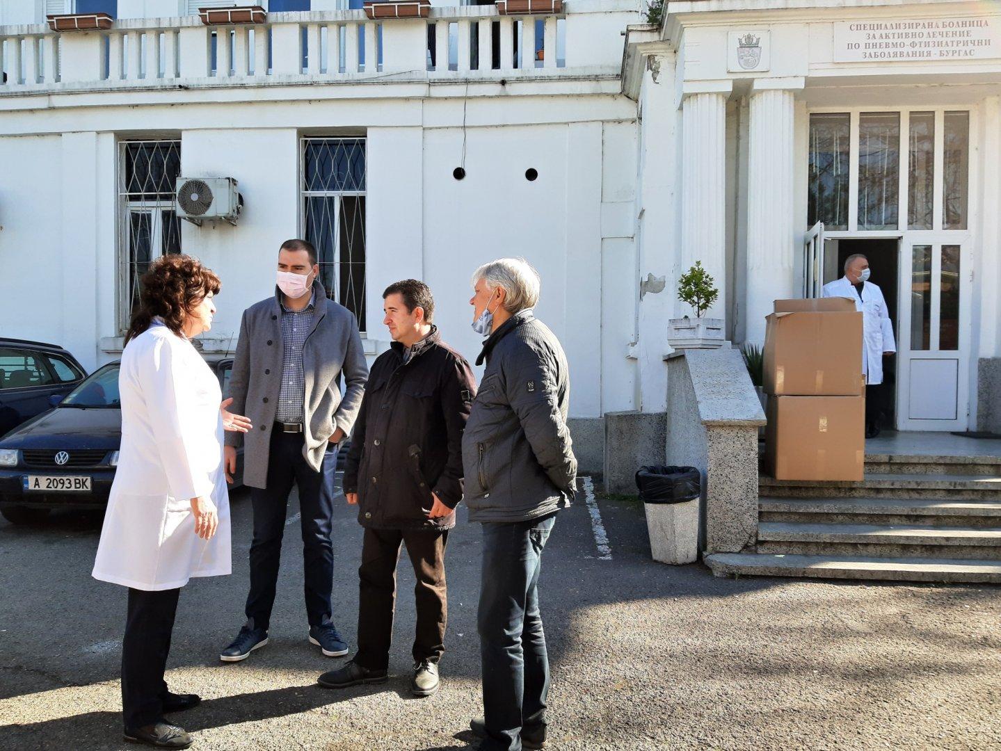 Дарението бе прието от управителя на болницата д-р Евелина Трошанова. Снимка БСП