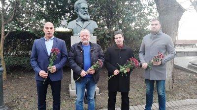 Представители на БСП поставиха цветя пред бюст паметника на Ботев в Морската градина на Бургас. Снимка БСП - Бургас