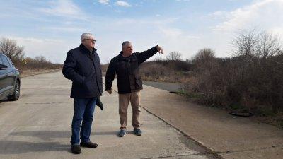 Петър Кънев (вляво) и кметът на Равнец Костадин Георгиев обсъдиха проблемите на населеното място