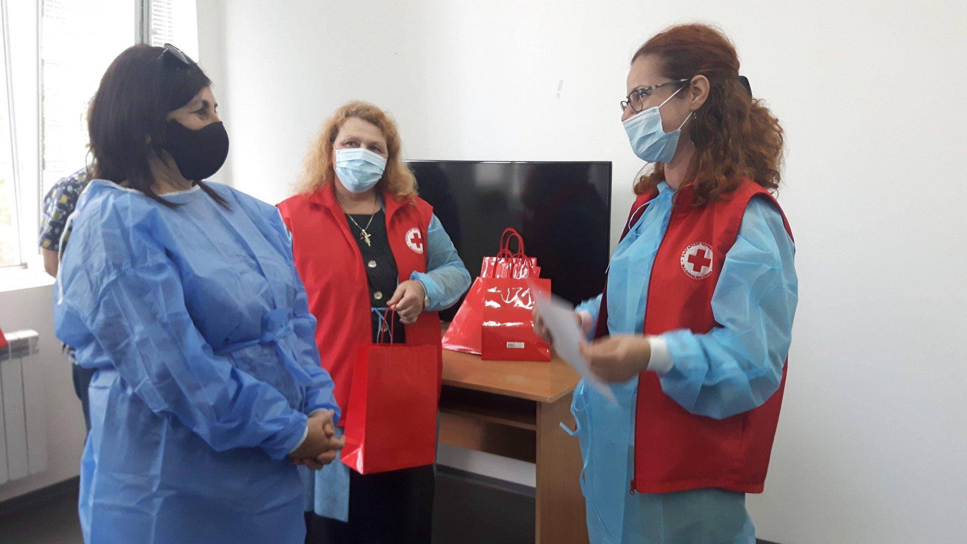 Директорът на Механото Роза Желева (вляво) получи грамота от името на учениците, дарили кръв. Снимка УМБАЛ - Бургас
