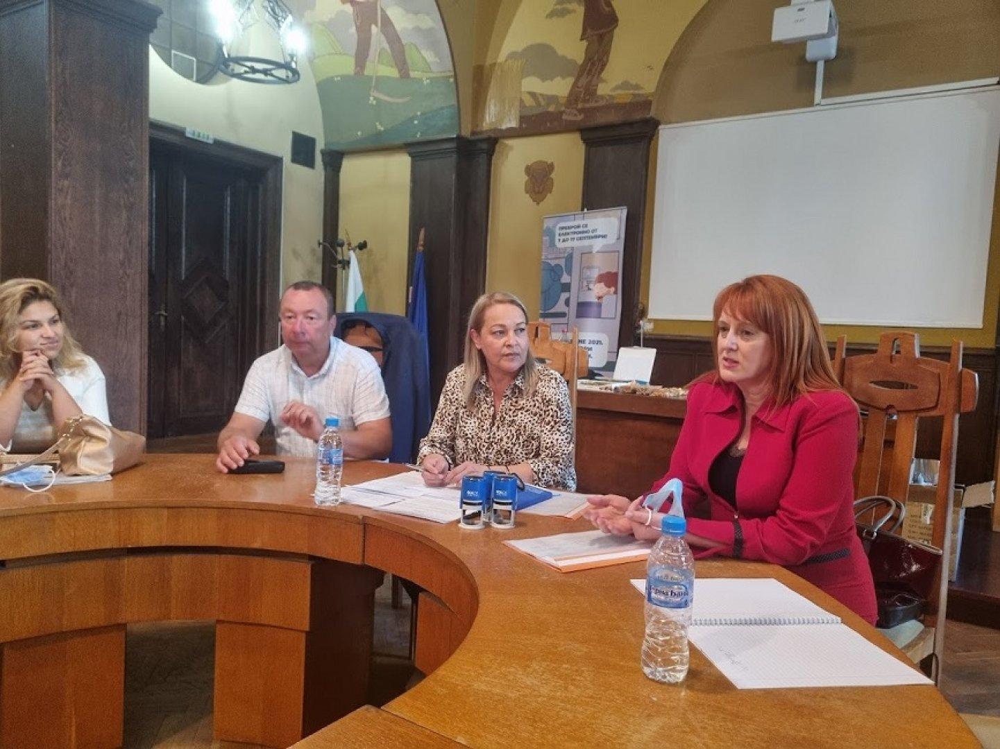 За председател на РИК - Бургас ЦИК определи Фани Семерджиева (втората отдясно наляво) от квотата на Има такъв народ. Снимка Областна управа - Бургас