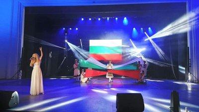 Кадър от спектакъла Непозната с участието на Деси Добрева. Снимка ТФ Петлите