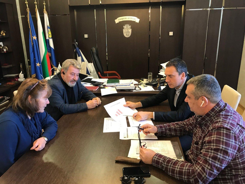 Димитър Николов се срещна с шефа на РЗИ д-р Георги Паздеров. Снимка Община Бургас