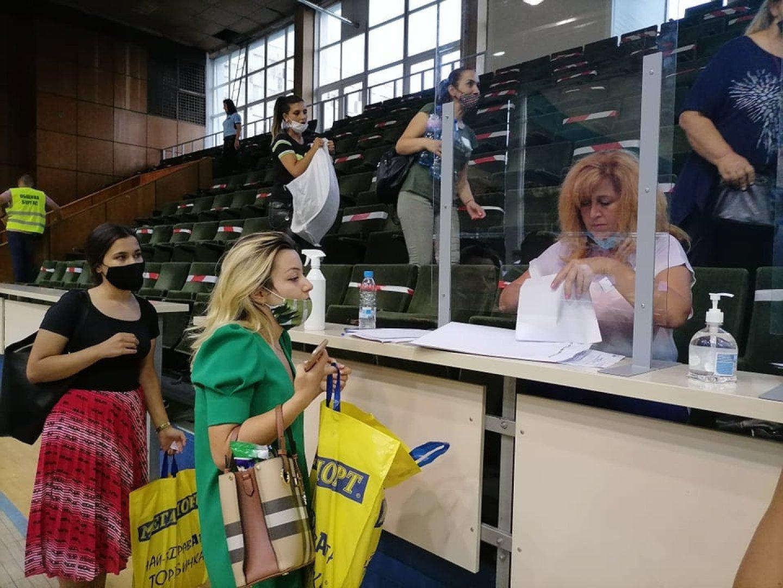 Членовете на комисиите предават изборните си книжа в спортна зала Бойчо Брънзов. Снимка Черноморие-бг