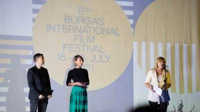 Зам.-кметът по култура в Община Бургас Диана Саватева (вдясно) закри фестивала. Снимки Кирил Пейчев