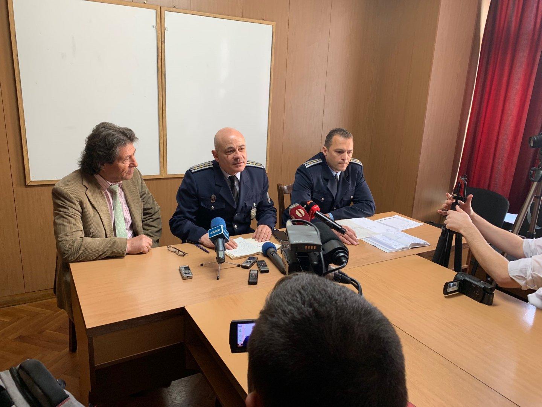 Съвети към шофьорите даде и известния автомобилен състезател Стоян Апостолов (вляво). Снимка ОДМВР - Бургас