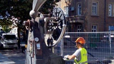 На тази снимка се вижда как работника подхожда с ъглошлайфа към скулптурата. Снимки Иван Митев