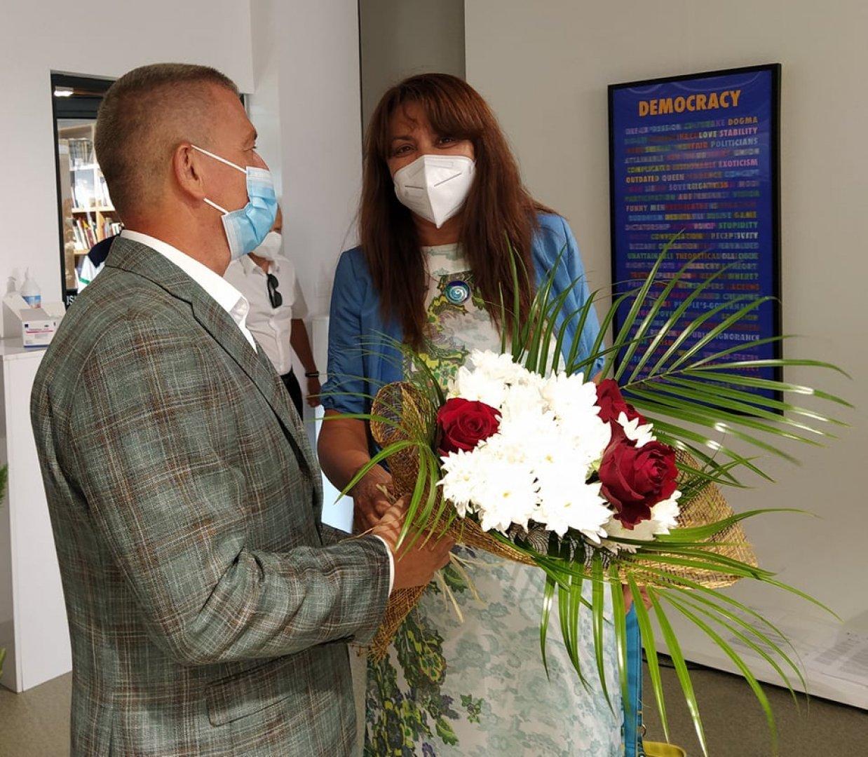 Председателят на ОбС - Бургас Севдалина Турманова поздрави проф. Христо Бозов на премиерата на книгата му. Снимки Авторът