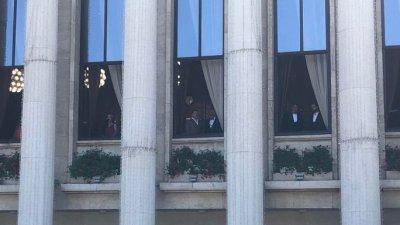 Солистите пяха от прозорците на сградата на Общината. Снимка Валентина Радостинова