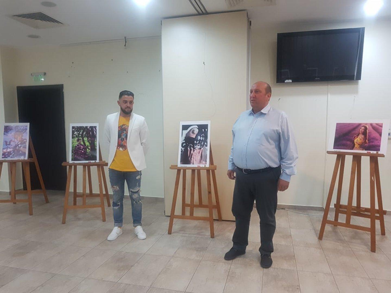 Кметът на Община Средец Иван Жабов поздрави автора на откриването на изложбата му