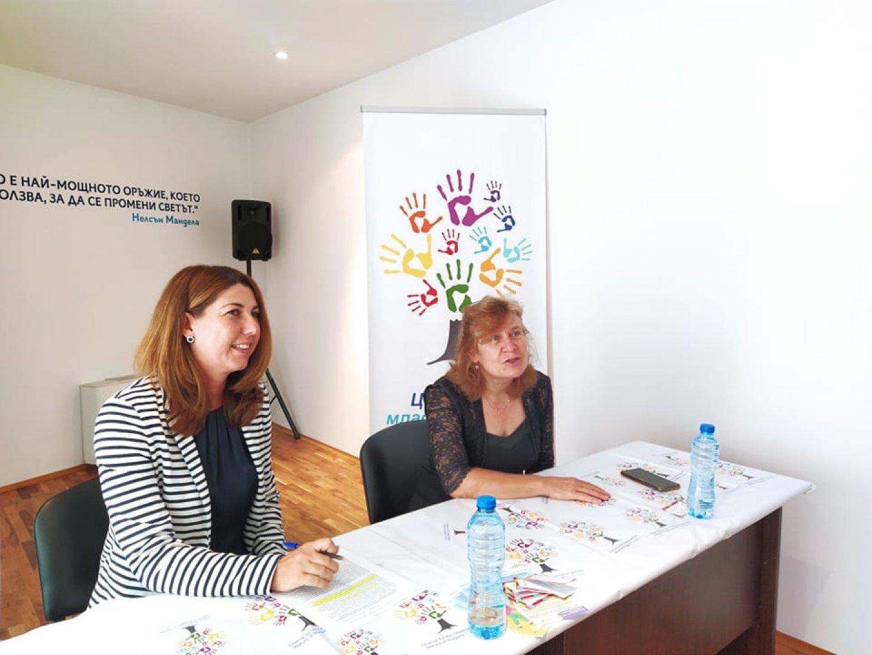 Ние ще подкрепим финансово обучението на две талантливи деца, каза зам.-кметът Йорданка Ананиева (вдясно). Снимка Авторът