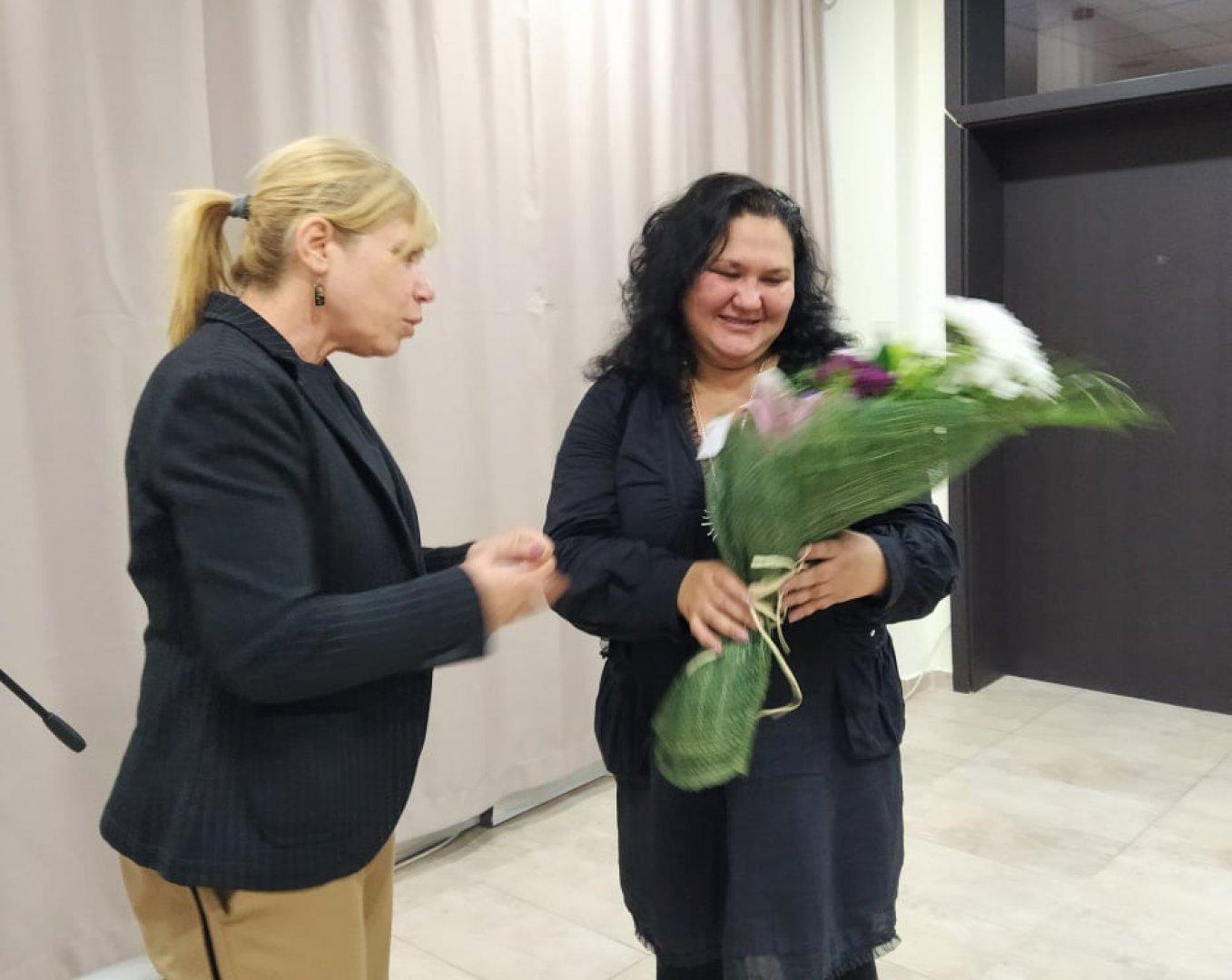 Зам.-кметът по култура в Община Бургас Диана Саватева (вляво) поздрави авторката Екатерина Капрова. Снимки Авторът