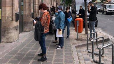 Спазва се дистанцията от 1,5 метра между хората, които чакат на опашка. Снимки Веселина Рупчева