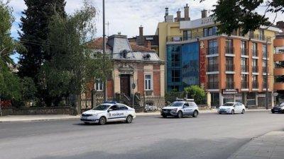 Полицейски автомобили екскортираха автошествието по улиците на Бургас, за да се предотврати нарушаване на противоепидемичните мерки. Снимки Авторът