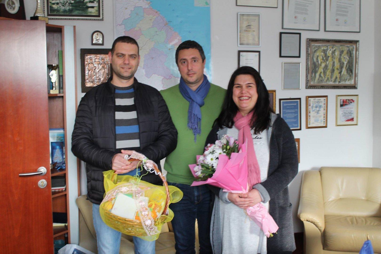 Щастливите родители бяха поздравени от кмета на Царево Георги Лапчев. Снимка Пресцентър Община Царево