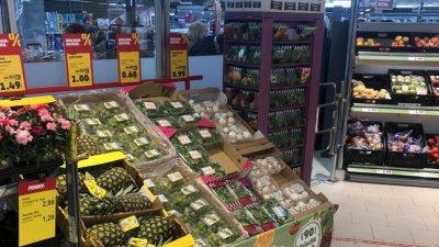 След първоначалното презапасяване с продукти, сега магазините са заредени. Снимки Пламена Гайдич
